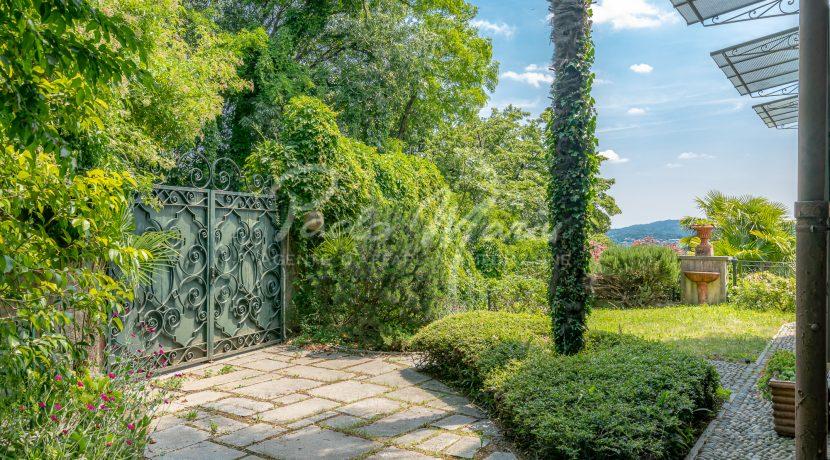 Villa d'epoca con giardino depandance Erba Como (14)